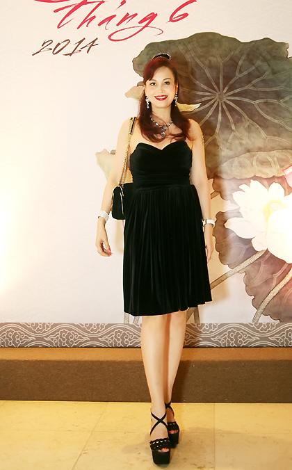 Hoa hậu Việt Nam Diệu Hoa sang trọng với váy đen.