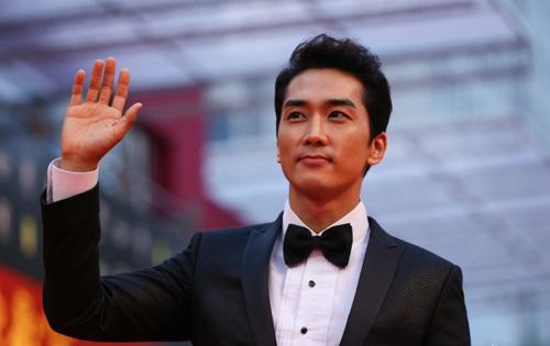 Song Seung Hun trên thảm đỏ Liên hoan phim Thượng Hải tối 14/6.