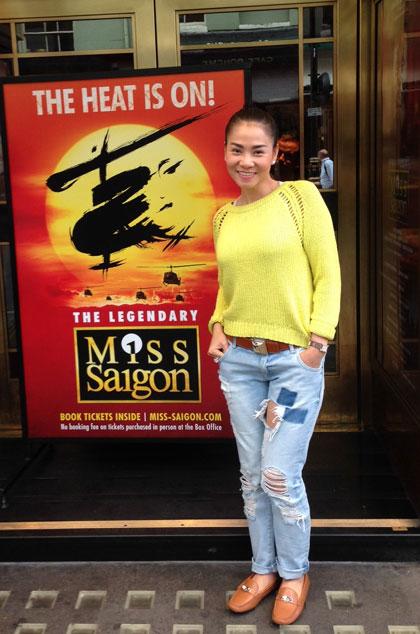 Cô trah thủ đến xem  chương trình nhạc kịch Miss Saigon nổi tiếng ở London.