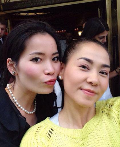 Đồng hành cùng chuyến tham qua vợ chồng Thu Minh là một người bạn Việt Nam.