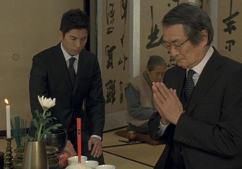 Nhân vật chính Daigo (trái) chuyên làm công việc khâm liệm tại các đám ma.