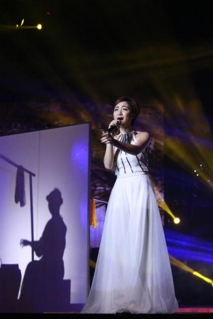 """cô gái đến từ Bắc Ninh chinh phục khán giả với ca khúc """"Làng quan họ quê tôi"""". Hòa hát khi sân khấu sắp đặt các bối cảnh đặc trưng của miền đồng quê Bắc Bộ."""
