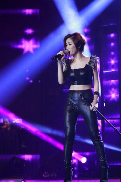 Trong phần sing-off, Hòa thể hiện đầy nội lực ca khúc Bàn tay trắng.