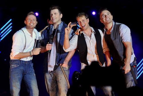 Shane Filan (bìa phải) cùng các thành viên trong Westlife tại đêm diễn ở Hà Nội hồi năm 2011. Ảnh: Hoàng Hà.