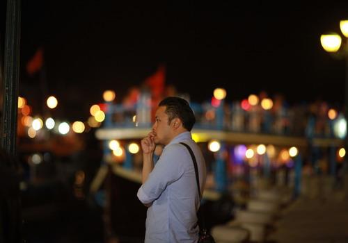 Đạo diễn Victor Vũ đứng trước bối cảnh ở Hội An.