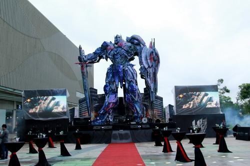 Mô hình robot Optimus Prime tại một trung tâm thương mại ở TP HCM.