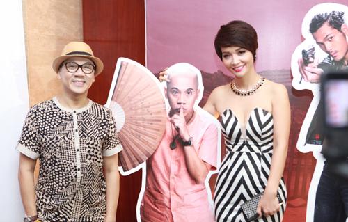 Nghệ sĩ Ưu tú Thành Lộc (trái) vào vai ông chủ quán trong phim. Để hóa thân thành nhân vật, anh phải cạo trọc đầu.