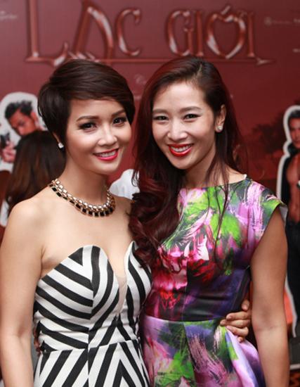 Hoa khôi Thể thao Thu Hương (phải) diện váy hoa đi dự tiệc.