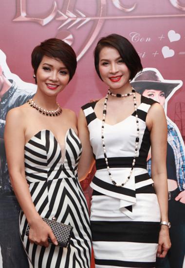 """Người đẹp Thanh Mai (phải) đến chúc mừng ngày đoàn phim """"Lạc giới"""" hoàn thành cảnh quay cuối."""