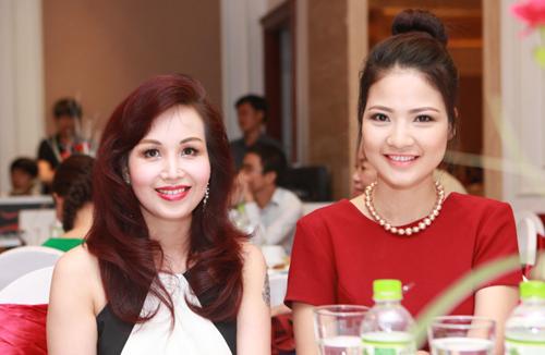 Hoa hậu Việt Nam Diệu Hoa (trái) và người đẹp Trần Thị Quỳnh tại tiệc mừng.