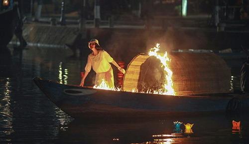 Trang Nhung diễn xuất trên con thuyền cháy.