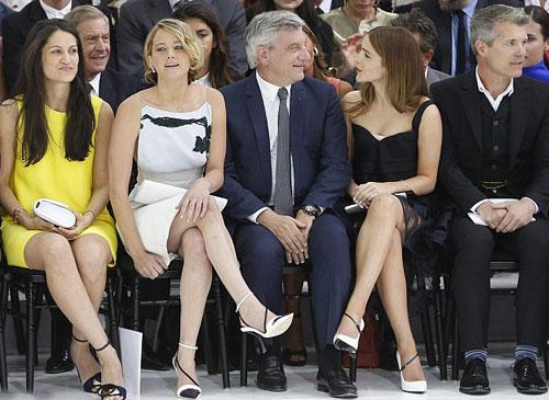 Emma và Jennifer trên hàng ghế đầu của show diễn.