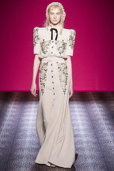 Váy áo Schiaparelli tỏa sáng trong tuần lễ thời trang cao cấp thu đông 2014. Ảnh: Style.