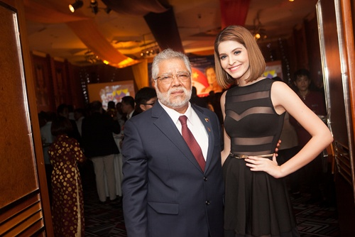 Ngài đại sứ Jorge Canelas vốn là người bạn thân thiết của gia đình Andrea, đến dự tiệc Andrea cảm thấy rất thích thú trước kiểu cách ăn mặc và nét văn hóa đặc trưng riêng của người Venezuela.