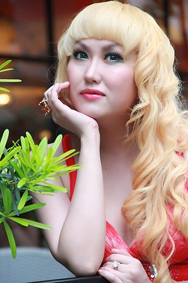 Người đẹp trải qua nhiều liệu pháp để biến làn da mình từ nâu trở thành trắng sứ.