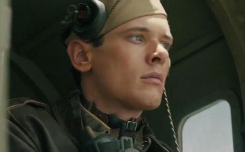 "Jack OConnell vào vai Louis Zamperini  trong ""Unbroken""."