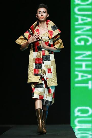 """Tụt váy áo thường là sự cố khiến người mẫu bối rối và khó xử nhất. Lúc này, người mẫu hoàn toàn ý thức được """"tai họa"""" đang đến với mình. Họ vừa phải hoàn thành phần trình diễn và vừa phải giữ trang phục để nó không gây rắc rối lớn hơn."""