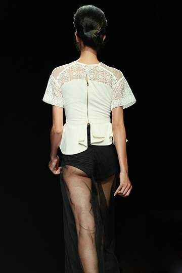 Hà Anh không phải là chân dài duy nhất gặp những sự cố ngoài ý muốn trên sàn catwalk. Là người mẫu, họ có nhiệm vụ thể hiện đúng tinh thần bộ sưu tập mà các nhà thiết kế gửi gắm.