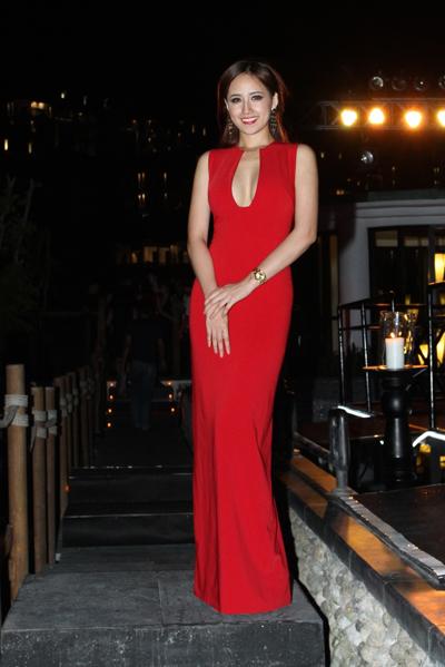 Chiếc váy đỏ xẻ sâu ngực, ôm dáng giúp Hoa hậu khoe tối đa nét đẹp cơ thể