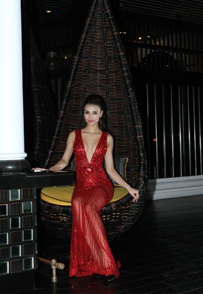 Chiếc váy đỏ kim sa giúp Hồng Quế nổi bật trong đêm tiệc.