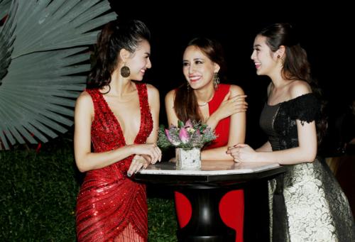 Ba người đẹp có nhiều chuyện tâm sự sau một thời gian không gặp mặt.