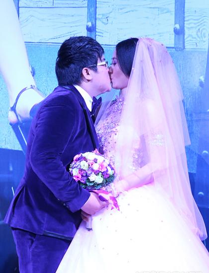 Nam diễn viên hôn vợ thắm thiết trong ngày cưới.