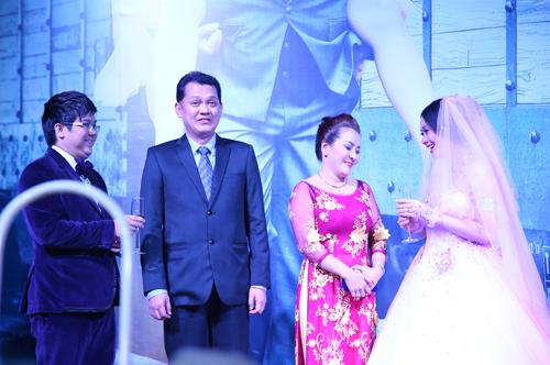 Nghệ sĩ Ưu tú Hữu Châu (thứ hai từ trái qua) hạnh phúc khi làm chủ hôn cho cháu mình.