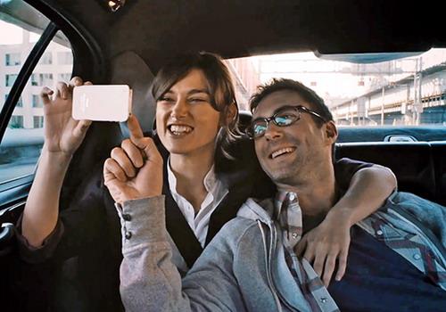 Hai nhân vật Gretta và Dave hạnh phúc những ngày đầu đặt chân tới New York.