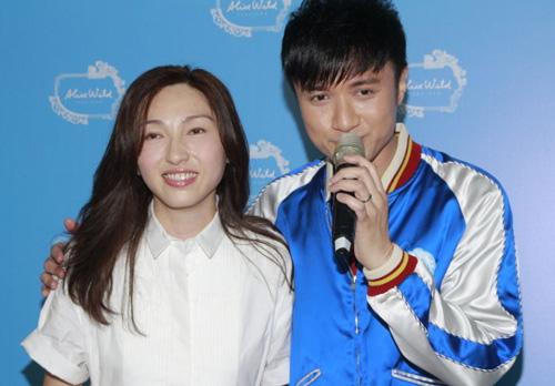 Cổ Cự Cơ cùng vợ Lorraine tham gia hoạt động ở Hong Kong hôm 19/7. Cặp vợ chồng mới cưới luôn dành cho nhau những cử chỉ chứa chan tình cảm.