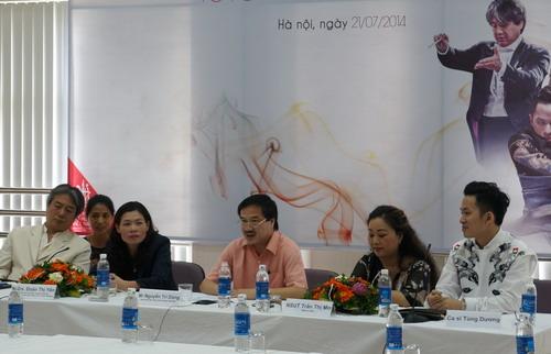 Ông Nguyễn Trí Dũng (giữa) phát biểu trong buổi họp báo chiều 21/7.
