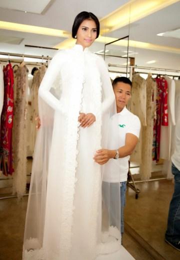 Cách đây không lâu, người đẹp Trương Thị May cũng từng diện một thiết kế áo dài của nhà thiết kế Thy Thơ với phần cổ đắp đính với tà, tạo thành lớp áo choàng mỏng manh và trong suốt.