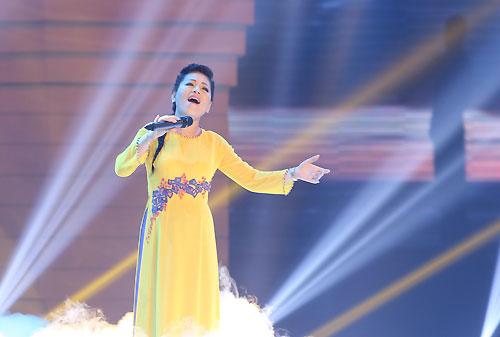 """Ca sĩ Anh Thơ hát """"Xa khơi"""" trong Giai điệu tự hào."""