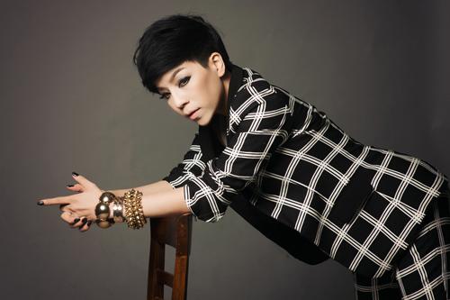 Thay vì hình ảnh nữ tính, mềm mại thường thấy, Minh Chuyên xuất hiện trong album mới với mái tóc cắt ngắn cùng cách ăn mặc trẻ trung, cá tính hơn.