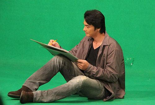 Quách Ngọc Ngoan diễn xuất trên nền phông xanh trong studio để chờ ghép hiệu ứng 3D cho những cảnh quay mang màu sắc hoài niệm.