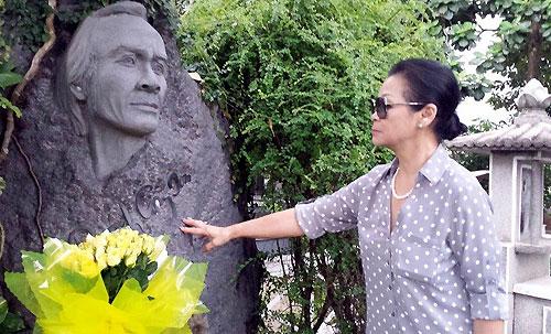 Khánh Ly viếng mộ Trịnh Công Sơn sát giờ bay ra Hà Nội chuẩn bị cho liveshow.