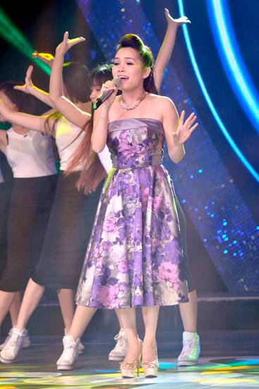 Bên cạnh màn biểu diễn của các thí sinh Sao Mai Điểm hẹn 2014, tối qua, chương trình còn có sự xuất hiện của thí sinh cũ Đoàn Thúy Trang.