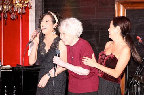 Ý Lan (trái) hạnh phúc hát cùng mẹ.