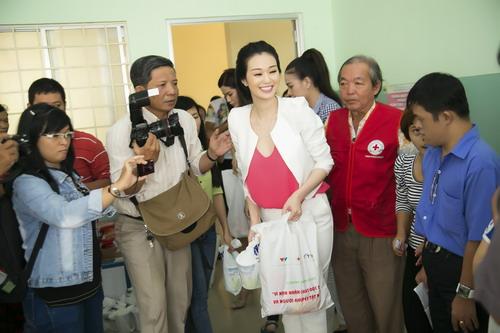 Khánh My vừa có chuyến đi cùng Hội chữ thập đỏ TP HCM tới Củ Chi tặng quà cho một trung tâm nuôi dạy trẻ bị bỏ rơi và các nạn nhân chất độc màu da cam.