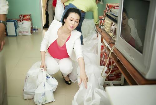 Người đẹp tự tay chuẩn bị từng món quà làm từ thiện.