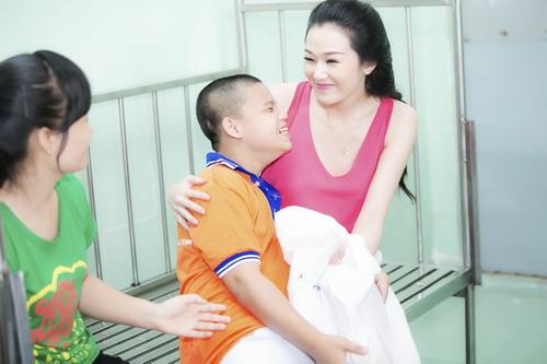 Khánh My thăm hỏi một nạn nhân chất độc màu da cam.