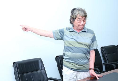 Nhạc sĩ Phó Đức Phương tại phòng họp trao đổi với ban tổ chức trong đêm diễn Khánh Ly ở Đà Nẵng tối 8/8.