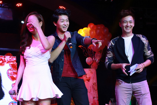 Đến giữa phần giao lưu, cả hai ngượng ngùng khi MC và các fan đồng thanh hô to muốn hai người tặng nhau nụ hôn trên sân khấu.