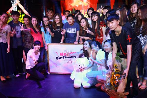 Chiều 11/8, Hoàng Thùy Linh tổ chức buổi họp fan mừng sinh nhật lần thứ 26. Đây là lần đầu tiên cô có một buổi offline với FC tại TP HCM sau thời gian dài làm việc tại đây. Xuất hiện trong bộ đầm trắng đơn giản, nữ ca sĩ dành thời gian trò chuyện cùng fan suốt phần đầu chương trình.
