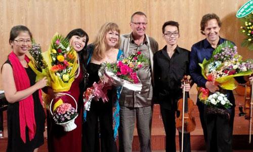 Bích Trà (thứ hai từ trái qua) bên các đồng nghiệp tại chương trình Saigon Chamber Music.