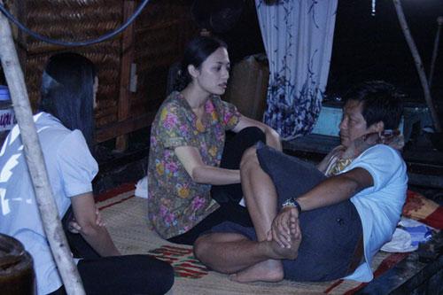Đạo diễn Đỗ Thành An (phải) chỉ đạo diễn xuất cho Tinna Tình trong bối cảnh trên ghe.