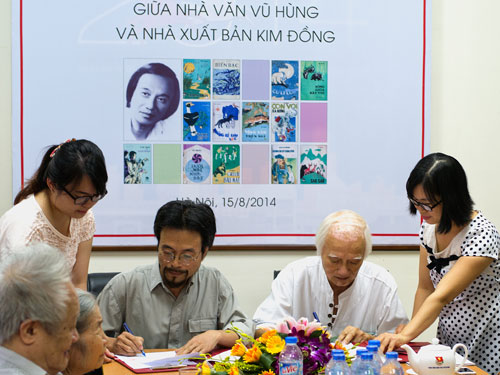 nhà văn Vũ Hùng (thứ hai từ phải qua)