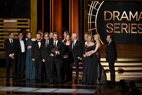 """Đoàn làm phim """"Breaking Bad"""" nhận giải thưởng."""