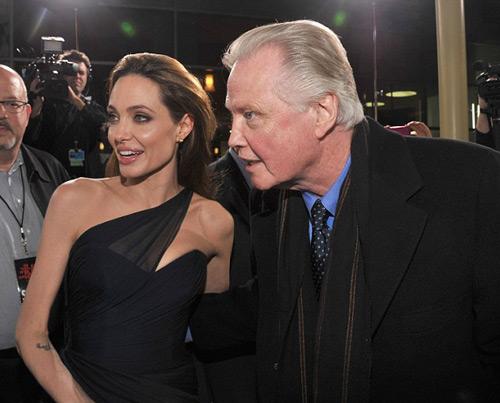 Angelina Jolie và bố trong bức hình chụp năm 2011.