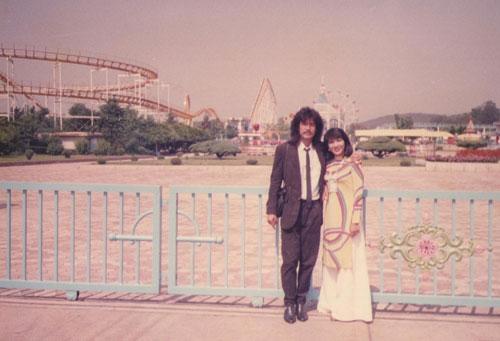 Tham gia Liên hoan sinh viên thế giới tại Bình Nhưỡng năm 1989 và đoạt huy chương vàng với ca khúc Ngôi Sao Cô Đơn. Hai vợ chồng cũng kịp lưu lại những hình ảnh dễ thương khi tham quan.