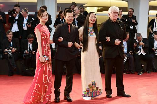 Hình ảnh đoàn làm phim trên thảm đỏ danh giá của Venice (từ trái sang): diễn viên Nguyễn Thuỳ Anh, diễn viên Trần Bảo Sơn, đạo diễn Nguyễn Hoàng Điệp, đồng sản xuất người Pháp Thierry Lenouvel
